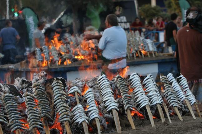 Los chiringuitos andaluces cambian las cañas por acero inoxidable para asar las sardinas